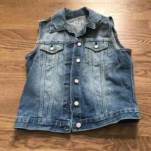 Gap size small vest.